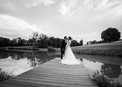 mariage-couple-etang-amoureux-robe-romainbebon-romain-bebon-photographe
