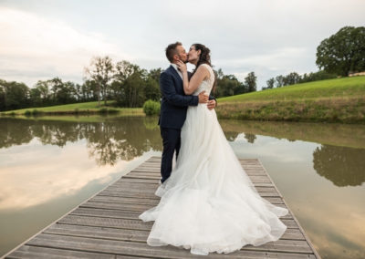 mariage-couple-etang-amoureux-robe
